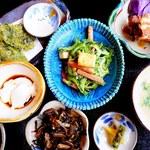 琉球料理 ぬちがふぅ - ランチのぬちがふぅ御膳 (1,800円)。この日はゴーヤチャンプルー、ラフテー、いなむるち( 沖縄風豚汁)、クーブイリチー(昆布炒め)、じーまみ豆腐、アーサともずくの天ぷら、古代米、ピクルス。