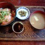 巴里 - サーモン刺身丼 みそ汁つき 500円