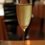 ランチャン アヴェニュー - Cavaをグラスで。冷え具合抜群です