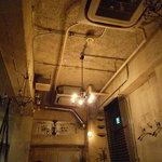 フォニックフープ - 天井はとても無機質でシンプル。
