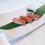 マーマレードカフェ - ローストビーフ握り寿司(3貫)
