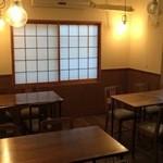 ワイン蔵バンカン - 2階はテーブル席(12席)