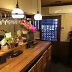 ワイン蔵バンカン - 1階はカウンター席(8席)