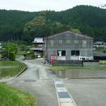 手打ちうどん 田村屋 - 長閑です。真ん中のガレージ横がお店。