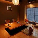 魚竹 - こあがりの個室(最大6名)は接待などで人気の空間です。小さなお子様をお連れの御家族にも人気です。