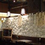 素材食楽「和」 - 店内はあまり広くはありませんが、テーブルとカウンター席があり、1人で食べに来ている人もいました