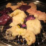 炭火ホルモン 吟 - 本日のホルモン盛り合わせ(シマチョー、赤セン、ミノ、レバー)