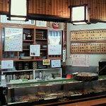江戸前きよ寿司 - 新鮮な地魚が並ぶネタケース。