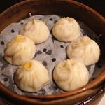 南翔饅頭店 - 三種小籠包のセット (豚肉 2個、海老 2個、上海蟹みそ 2個)