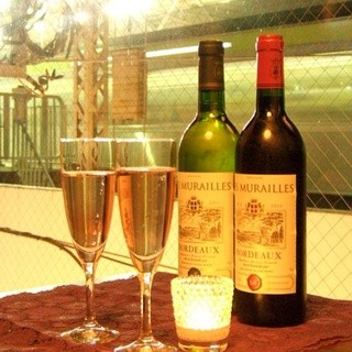 世界中から取り寄せた香り豊かな厳選ワインの数々