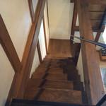 クラシックカフェ - 結構急な階段です。