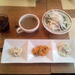 51823292 - ドリンク スープ サラダ 前菜三種盛り