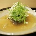 安久 - 琵琶湖産鮎のあんかけ、葱をのせて