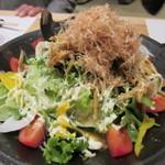 寿司家天神本店 - 料理はごぼうのカリカリサラダからスタート、多くの料理は4人分づつ大皿で提供されました。