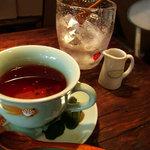 チャフー - 紅茶はポットごと出てきます♪