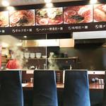 本家博多担々麺 担々と - カウンター席と居心地の良いテーブル席(4人掛×3)があります。