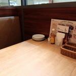 ラパウザ 若葉台店 - 店内テーブル席
