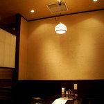 黒長兵衛 - 店内には、テーブル席・カウンター席・お座敷席あり。落ち着けます。