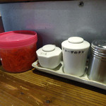 ぼたもち - 「ぼたもち」卓上のコショウ・ギョーザのタレ・ラー油・紅ショウガ