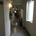 ローチロースター - 廊下の左が店舗