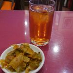 51854113 - 食べログサービスの烏龍茶と                       ザーサイ