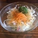 肉バル 肉食男女 - 飛騨牛入りハンバーグ200g+チーズ(税込1058円)のサラダ