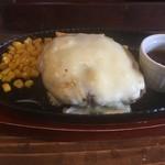 肉バル 肉食男女 - 飛騨牛入りハンバーグ200g+チーズ(税込1058円)のメインディッシュ