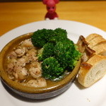 kitchen Bar Sorriso - うめどりモモ肉とブロッコリーのアヒージョ 880円