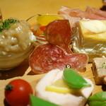 kitchen Bar Sorriso - 前菜盛り合わせ アップで♪(バスク豚のサラミ。紀州うめ鶏のテリーヌ)