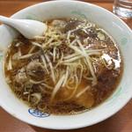丸福 - ワソタソ麺(850) 硬めにサッと湯通ししたモヤシ、味付けした挽肉少々がのり、チャーシューは脂身の少ない硬めのもので醤油ダレが良く染みている。