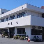 魚七商店 結 - 同じ敷地内にある仕出し料理専門店「魚七」さんの外観