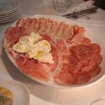 Steak&Trattoria Carnesio - 料理写真:シャルキュトリーの盛り合わせ(22ヶ月熟成生ハム、ミラノ サラミ、グランチャーレ、ブラッティーナ チーズ)