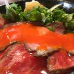 浪花焼肉 肉タレ屋 - ホンマは1,480円で食べてほしいローストビーフ丼のたまごパッカ〜ン