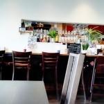 ラ パーチェ - 白い壁と木製家具の店内