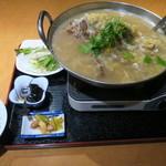 金海湾 - 浸け白菜と豚背骨煮込み定食(酸菜大骨定食)