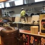 幸楽苑 - 手前、二台のチャーハンマシン。 むこうは、ラーメン用の野菜を炒めていました。