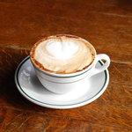 ザ バルーンマーケット - 香り高い深入りコーヒーで作ったカプチーノ。定番です。