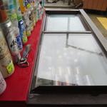小崎食堂 - ドリンクはこちらの冷蔵庫からセルフで取ります