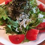 ラ・パットーラ - 釜揚げしらすとトマトのサラダ