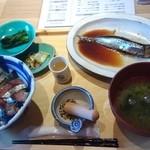 いまがわ食堂 - 名物!ごまさば丼 税込なら1060円?  梅果紫蘇の甘酸っぱい酢のジュースが少々、お漬物と青菜、そして何の魚が当たるかはわからない三浦のお魚の煮付が付きます。写真は鰯。隣りの小学生にはカレイ。