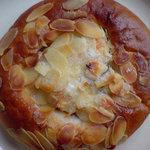 Breadal one - アーモンドの甘いパン