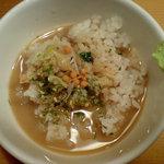 鯛だしとんこつ 我武者羅 - 石でアツアツになったラーメンのスープをかける