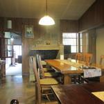 小机邸喫茶室 安居 - 暖炉の雰囲気が残るメインの席
