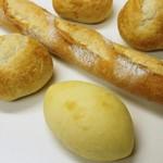 スギノキ - フィセル、クリームパン(手前)、丸パン3個=16年3月