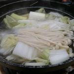 51910601 - かに鍋。中にわたり蟹が入っています。