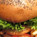 クアアイナ - バンズのクラウンを乗せたらハンバーガーの完成です。