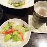 月の雫 - サラダ食べながらまずはビールで乾杯!!