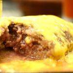 数寄屋バーグ - ナイフを入れると溢れ出る肉汁