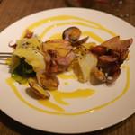 コルク - 子豚、キャベツ、ホタルイカ、アサリにサフランソース