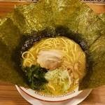 Yokohamaramenouka - ラーメン670円麺硬め。海苔増し100円。